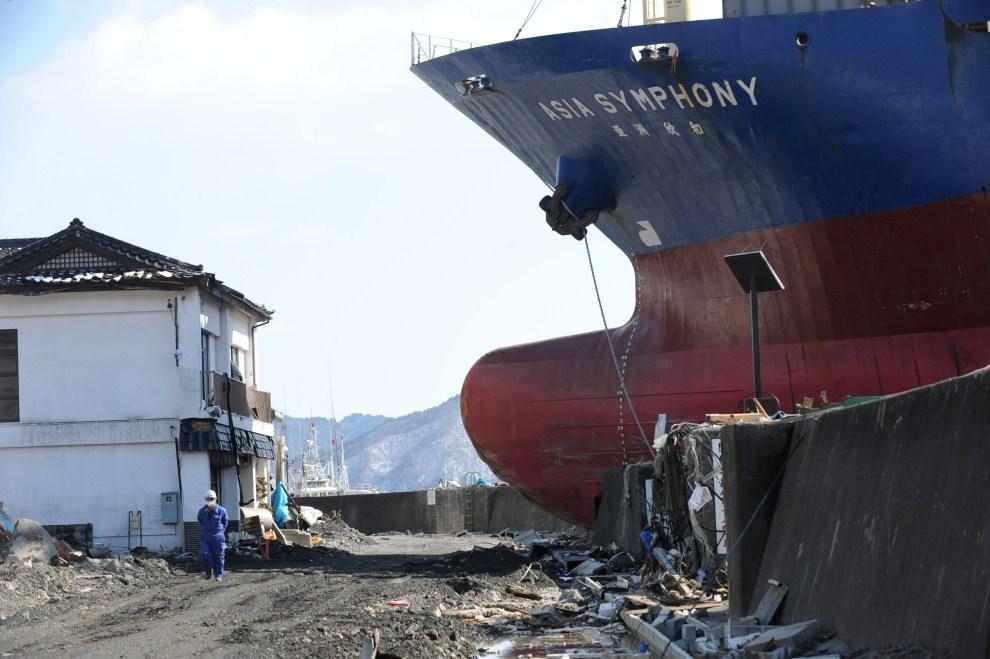 """12. JAPONIA, Kamaishi, 18 marca 2011: Jednostka """"Asia Sympathy"""" wyrzucona na brzeg przez falę. AFP PHOTO/ROSLAN RAHMAN"""