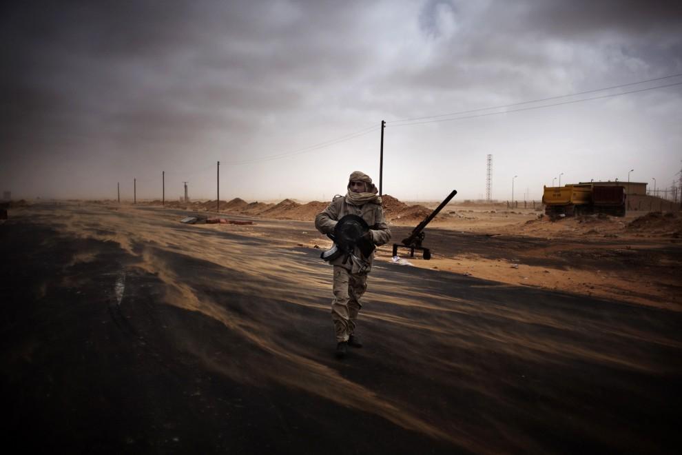 12. LIBIA, Ras Lanuf, 5 marca 2011: Powstaniec na punkcie kontrolnym ustawionym na przedmieściach Ras Lanuf. AFP PHOTO / MARCO LONGARI