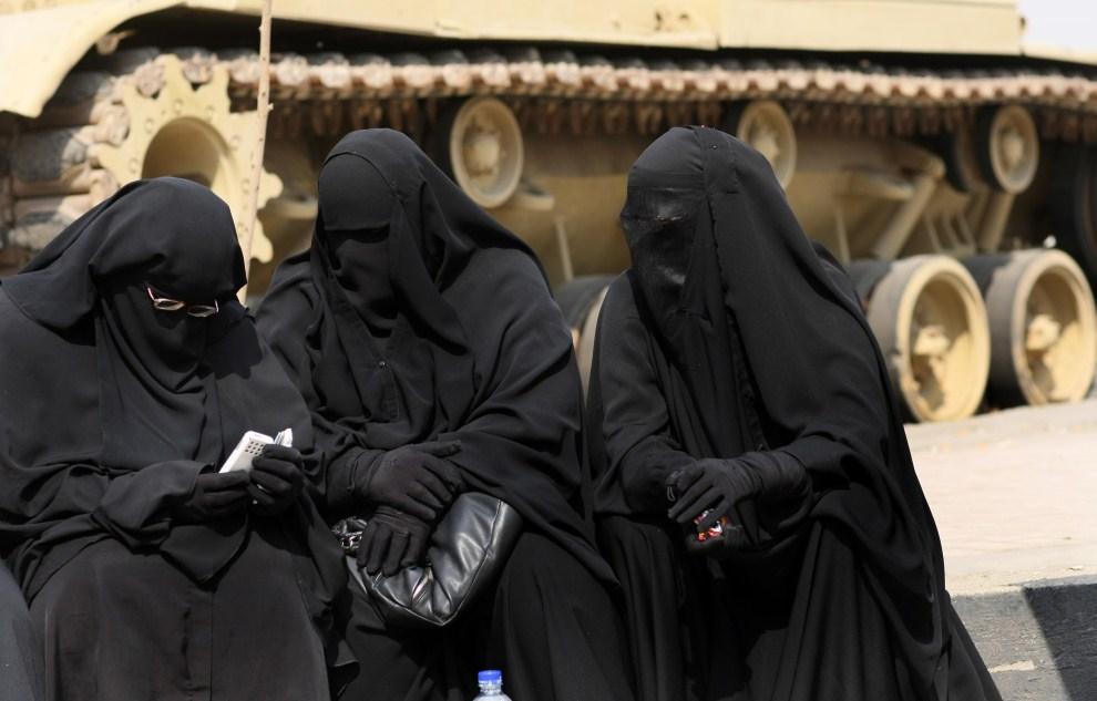12. EGIPT, Kair, 12 marca 2011: Kobiety czekają przed budynkiem sądu na uwolnienie dwu członków Egipskiego Dżichadu. AFP PHOTO/MAHMUD HAMS