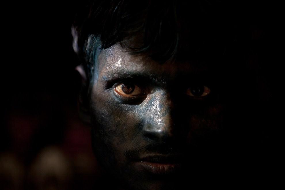 12. INDIE, Vrindavan, 21 marca 2011: Mężczyzna z twarzą ubrudzoną kolorowym proszkiem. (Foto: Majid Saeedi/Getty Images)