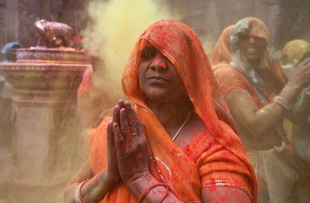 13. INDIE, Vrindavan, 21 marca 2011: Kobieta modląca się podczas holi. AFP PHOTO/MANAN VATSYAYANA