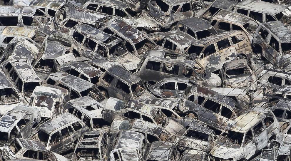 13. JAPONIA, Tokai, 12 marca 2011: Wypalone szczątki samochodów w porcie w Tokai. AFP PHOTO / YOMIURI SHIMBUN