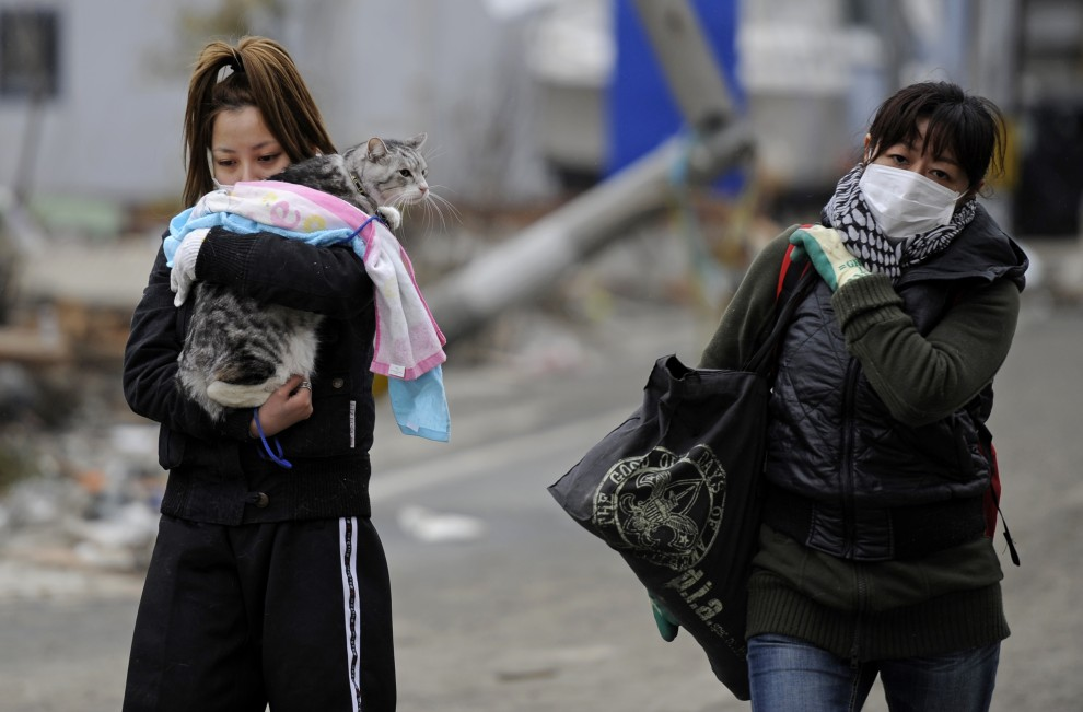 13. JAPONIA, Ishinomaki, 15 marca 2011: Kobiety na ulicy zniszczonej przez tsunami. AFP PHOTO / Philippe Lopez