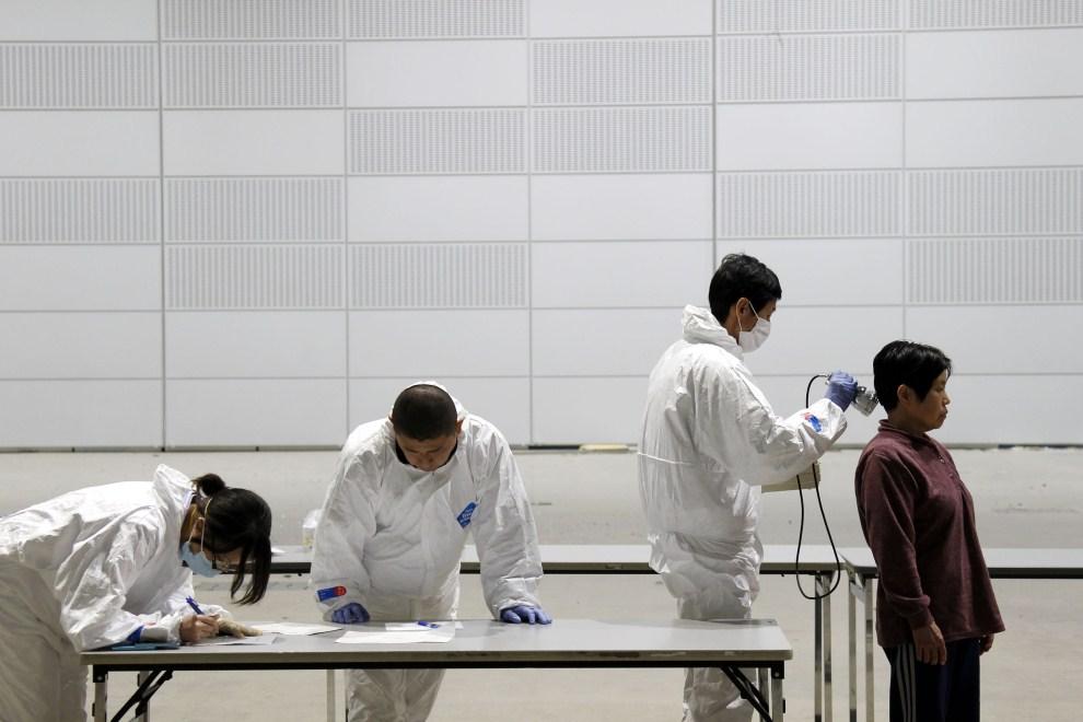 13. JAPONIA, Koriyama, 18 marca 2011: Ewakuowani mieszkańcy badani na poziom napromieniowania. AFP PHOTO / Ken SHIMIZU