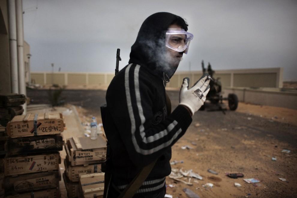 13. LIBIA, Ras Lanuf, 5 marca 2011: Powstaniec na punkcie kontrolnym na przedmieściach Ras Lanuf. AFP PHOTO / MARCO LONGARI