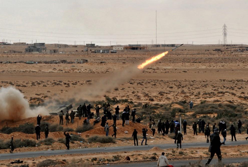13. LIBIA, Ras Lanuf, 9 marca 2011: Rebelianci odpalają rakietę w kierunku pozycji zajmowanych przez lojalistów. AFP PHOTO/ROBERTO SCHMIDT