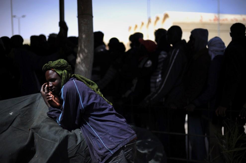 13. EGIPT, Sallum, 17 marca 2011: Uciekinierzy, którzy utknęli na granicy między Egiptem i Libią. AFP PHOTO/ROBERTO SCHMIDT