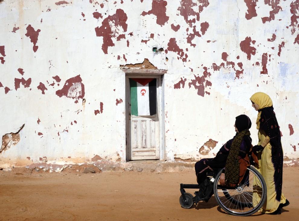 13. ALGIERIA, Tindouf, 1 marca 2011: Kobieta na wózku inwalidzkim w pobliżu centrum rehabilitacyjnego dla ofiar min lądowych. AFP PHOTO/ DOMINIQUE FAGET