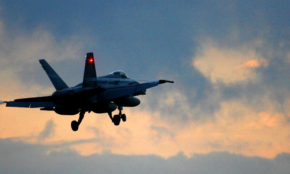 13. WŁOCHY, Trapani, 19 marca 2011: Kanadyjski F18 Hornet startuje z bazy we Włoszech. AFP PHOTO / MARCELLO PATERNOSTRO