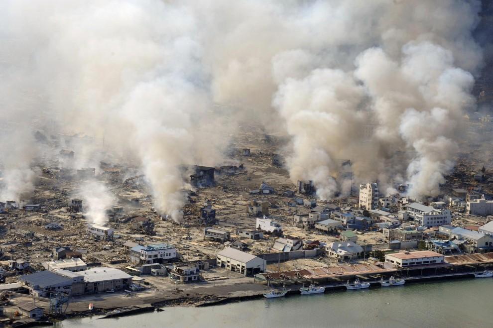 14. JAPONIA, Yamada, 12 marca 2011: Dym unoszący się nad gruzami w mieście Yamada. AFP PHOTO /YOMIURI SHIMBUN