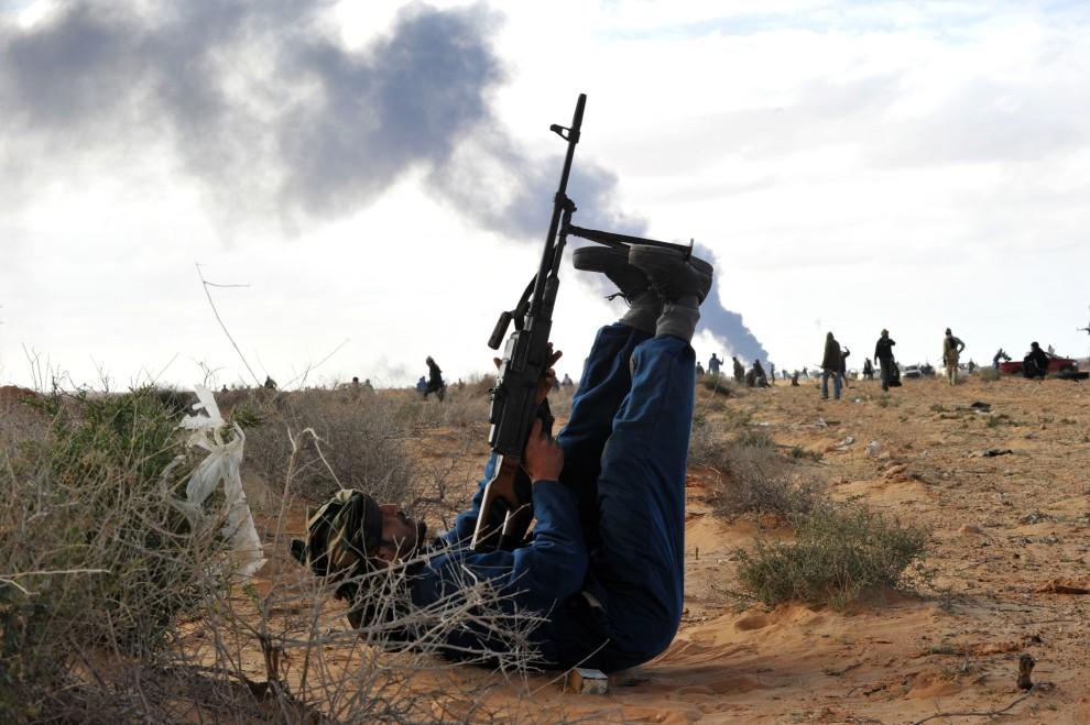 14. LIBIA, Ras Lanuf, 9 marca 2011: Libijczyk ostrzeliwuje samoloty przelatujące nad pozycajmi rebeliantów. AFP PHOTO/ROBERTO SCHMIDT