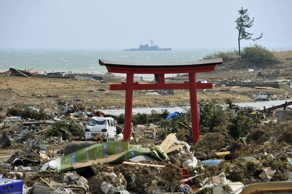 14. JAPONIA, Kesennuma , 14 marca 2011: Brama torii ocalała po trzęsieniu ziemi i tsunami. EPA/KIMIMASA MAYAMA