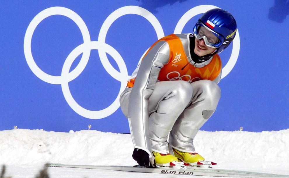 15. USA, Park City, 13 lutego 2002: Adam Małysz cieszy się ze zdobycia srebrnego medalu na olimpiadzie. AFP PHOTO CRIS BOURONCLE