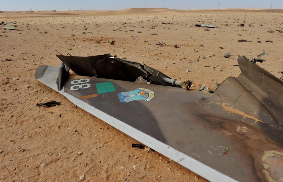 15. LIBIA, Ras Lanuf, 6 marca 2011: Szczątki samolotu zestrzelonego przez rebeliantów. AFP PHOTO / ROBERTO SCHMIDT