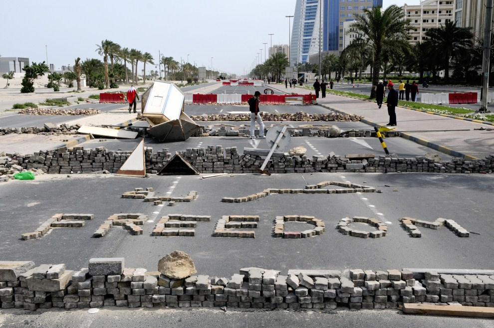 15. BAHRAIN, Manama, 14 marca 2011: Barykady wzniesione podczas protestów antyrządowych. AFP PHOTO/JAMES LAWLER DUGGAN