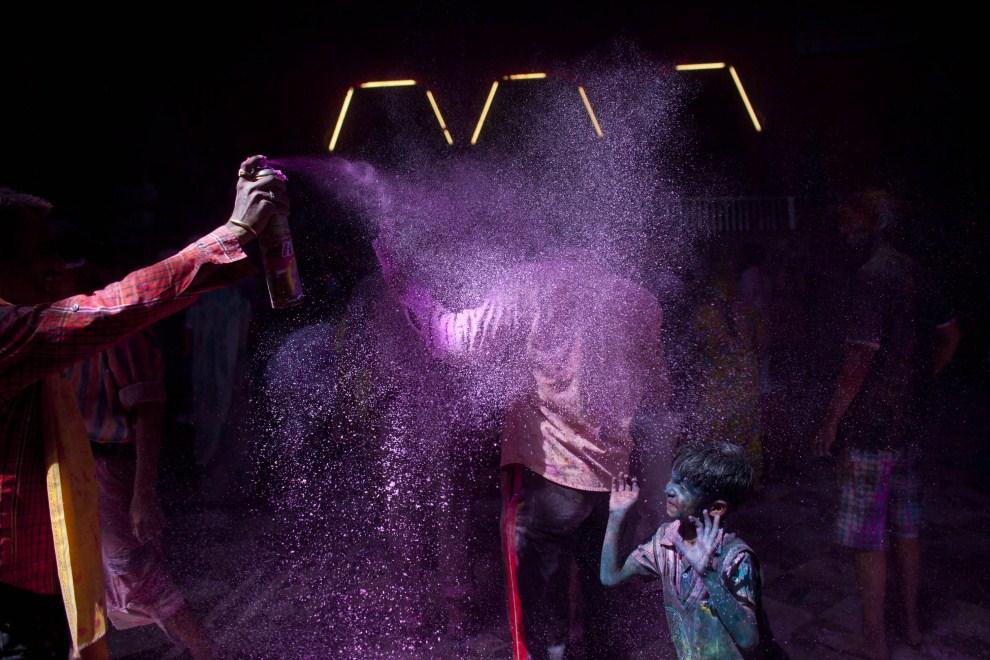 15. INDIE, Vrindavan, 21 marca 2011: Mężczyzna rozpyla kolorowy proszek. (Foto: Majid Saeedi/Getty Images)