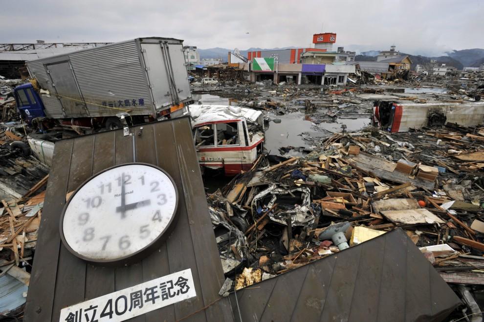 15. JAPONIA, Kesennuma, 15 marca 2011: Zegar, który zatrzymał się w kilka minut po pierwszysch wstrząsach. EPA/KIMIMASA MAYAMA