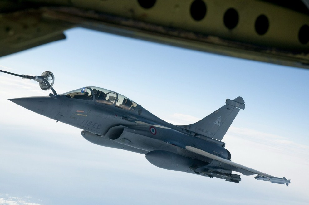 15. 19 marca 2011: Wielozadaniowy samolot myśliwski Rafale tankowany w powietrzu w trakcie misji nad Libią. PAP/EPA.
