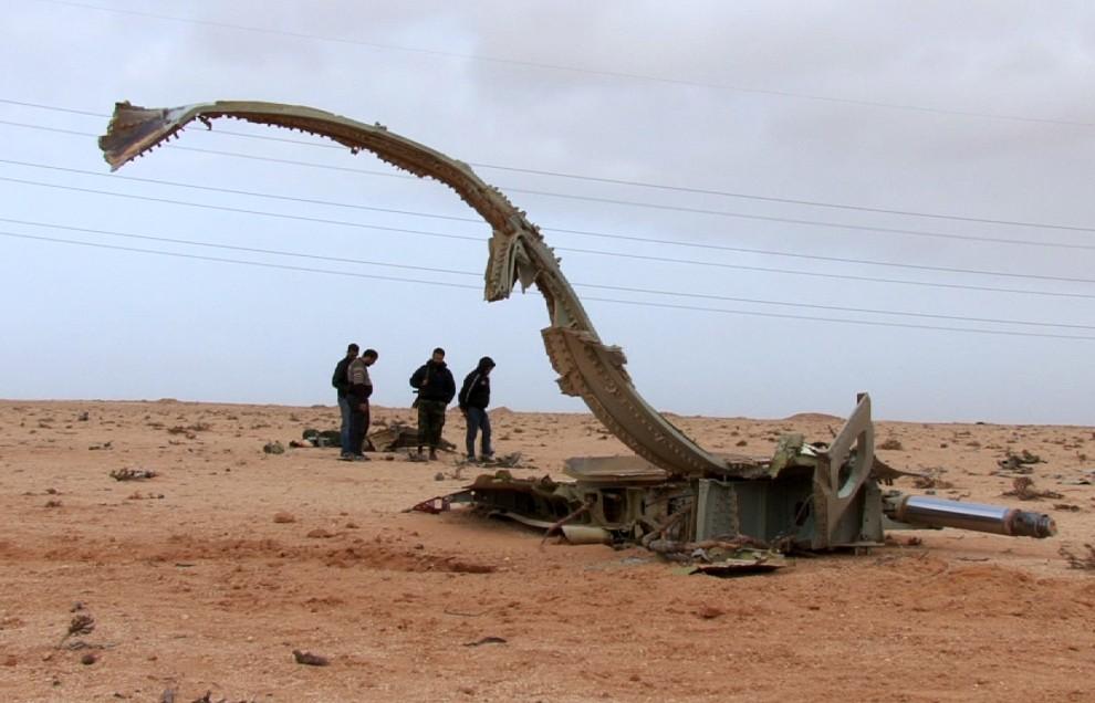 16. LIBIA, Ras Lanuf, 5 marca 2011: Rebelianci w pobliżu wraku, prawdopodobnie, samolotu Su-24. AFP PHOTO/MALCOLM WEBB