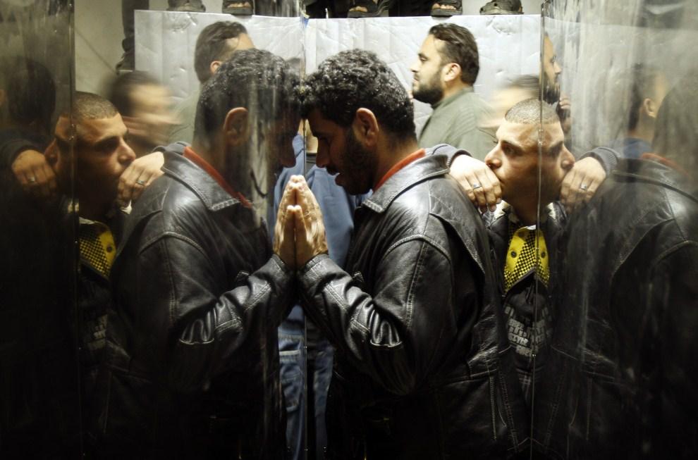 16. STREFA GAZY, 22 marca 2011: Bliscy zabitych w izraelskim nalocie na Strefę Gazy. AFP PHOTO / MOHAMMED ABED