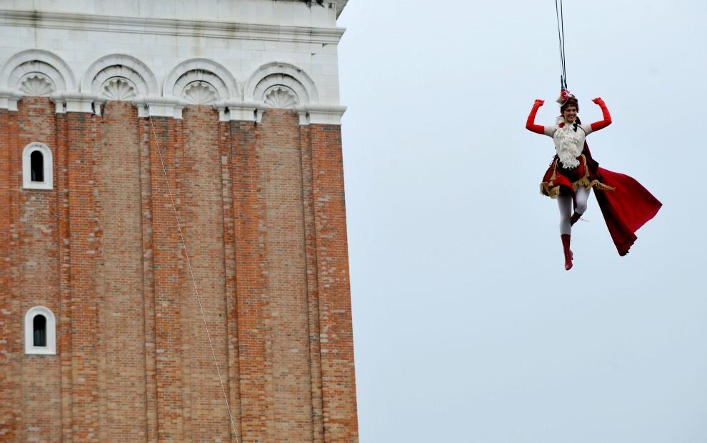 16. WŁOCHY, Wenecja, 27 lutego 2011: Silvia Bianchini uczestniczy w pokazach akrobacji w czasie karnawału w Wenecji. AFP PHOTO/ANDREA PATTARO