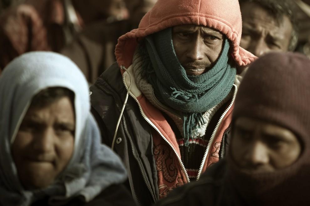 16. TUNEZJA, Choucha, 9 marca 2011: Pracujący w Libii obywatele Bangladeszu, którzy uciekli do Tunezji z powodu walk. AFP PHOTO / JOEL SAGET