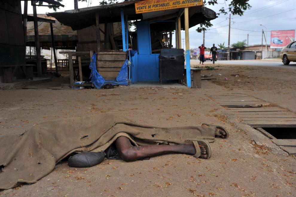 16. WYBRZEŻE KOŚCI SŁONIOWEJ, Abidżan, 13 marca 2011: Mężczyzna zabity podczas walk z oddziałami Laurenta Gbagbo. AFP PHOTO / ISSOUF SANOGO