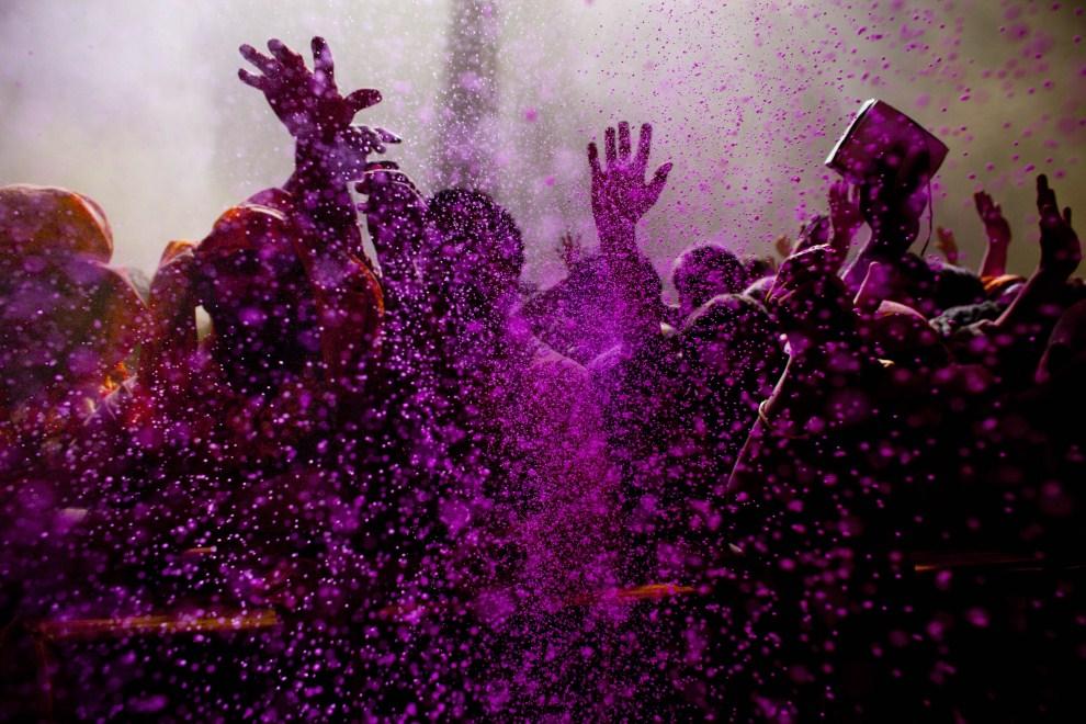 16. INDIE, Vrindavan, 21 marca 2011: Wierni tańczą w kolorowym proszku. (Foto: Majid Saeedi/Getty Images)