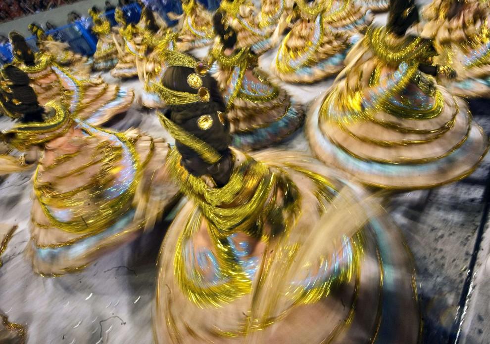 16. BRAZYLIA, Rio de Janeiro, 6 marca 2011: Występ tancerek ze szkoły Imperatriz Leopoldinense. AFP PHOTO/ ANTONIO SCORZA