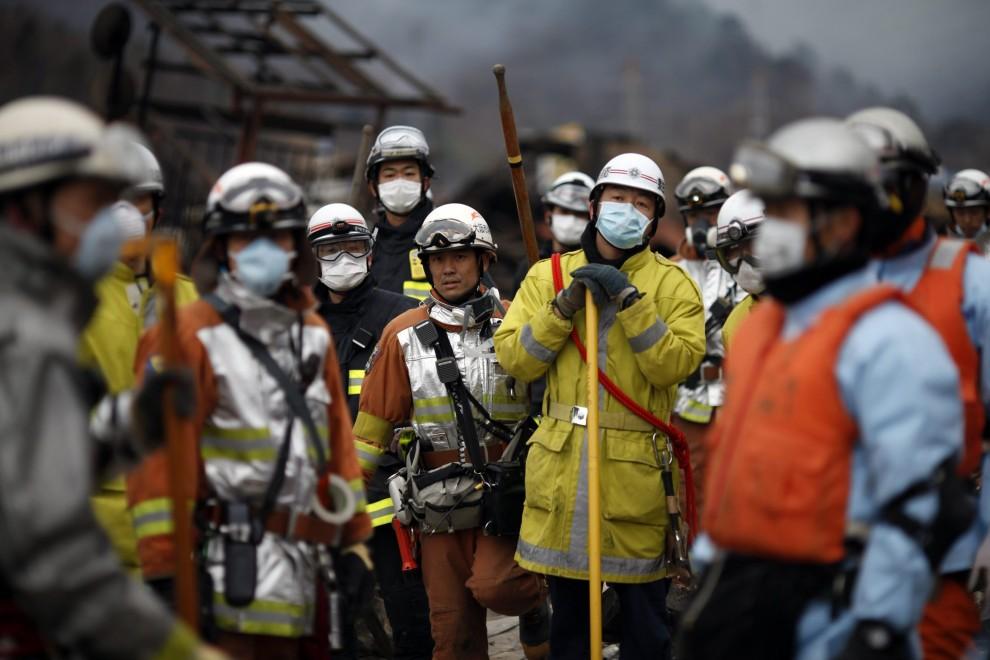 16. JAPONIA, Otsuchi , 15 marca 2011: Ekipa ratowników pośród zniszczonych budynków. EPA/PATRICK FULLER IFRC HANDOUT