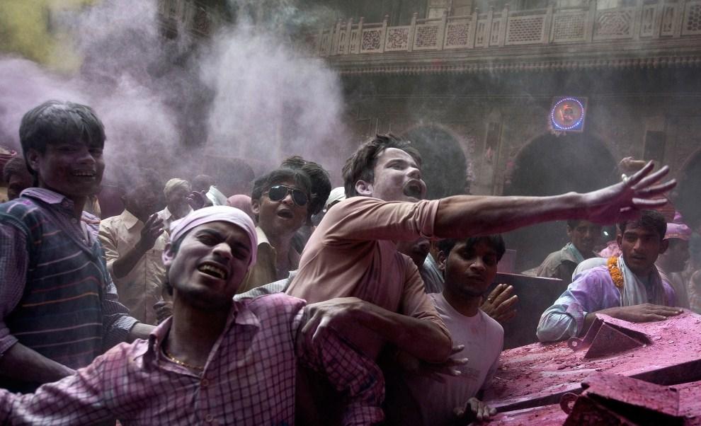 17. INDIE, Vrindavan, 21 marca 2011: Mężczyźni obrzucają się kolorowym proszkiem. AFP PHOTO/MANAN VATSYAYANA