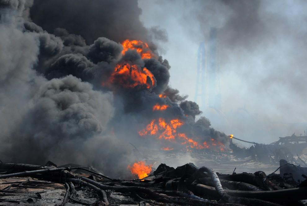 17. JAPONIA, Tagajo, 13 marca 2011: Pożar szalejący w porcie w Tagajo. AFP PHOTO / KIM JAE-HWAN