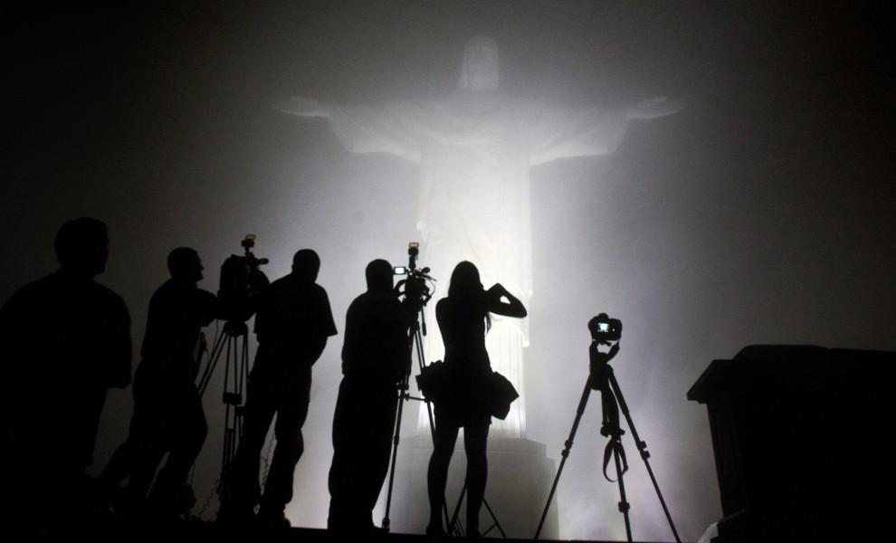 17. BRAZYLIA, Rio de Janeiro, 1 marca 2011: Dziennikarze oglądają nowe oświetlenie pomnika Chrystusa Zbawiciela. AFP PHOTO/Antonio SCORZA