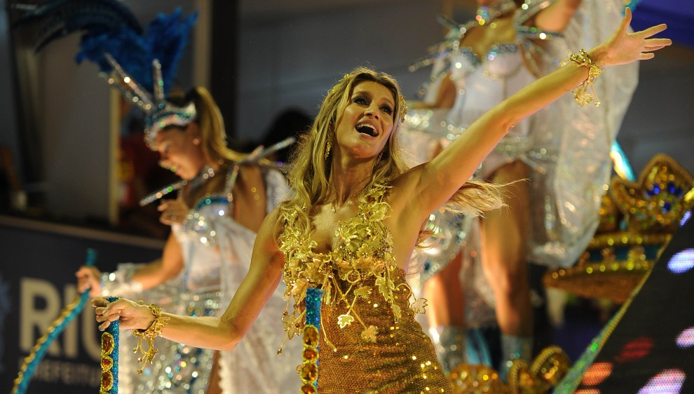 17. BRAZYLIA, Rio de Janeiro, 7 marca 2011: Modelka – Giselle Bundchen – bawi się na platformie szkoły Vila Isabel. AFP PHOTO / VANDERLEI ALMEIDA