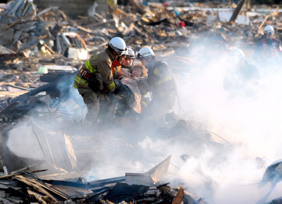 17. JAPONIA, Natori, 13 marca 2011: Ratownicy wydobywają kobietę spod gruzów. EPA/STR