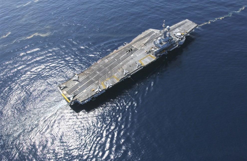 17. 20 marca 2011: Lotniskowiec Charles De Gaulle w trakcie misji na morzu. EPA/ECPAD