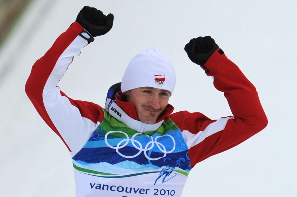 18. KANADA, Whistler, 13 lutego 2010: Adam Małysz na podium podczas olimpiady. AFP PHOTO / DON EMMERT