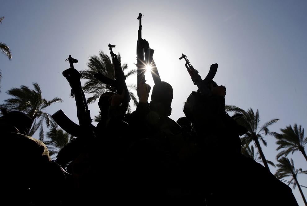 18. STREFA GAZY, Dajr al-Balah, 28 lutego 2011: Wojownicy Dżihadu w pobliżu domu Abdelmajida Shahina, zabitego przez izraelskich żołnierzy. AFP PHOTO/ SAID KHATIB