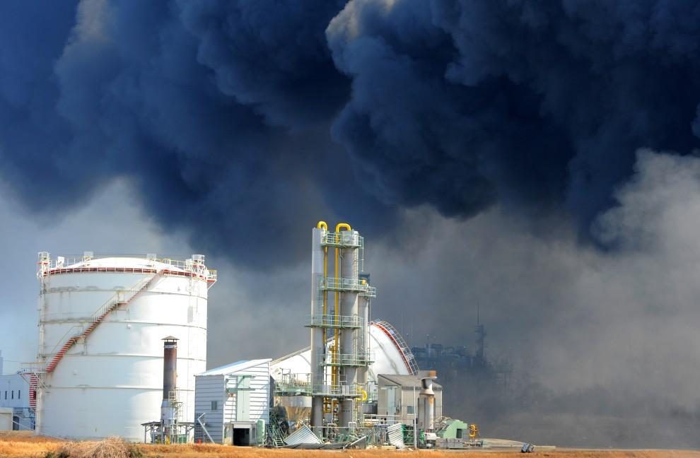 18. JAPONIA, Tagajo, 11 marca 2011: Uszkodzone budynki w pobliżu portu. AFP PHOTO / KIM JAE-HWAN