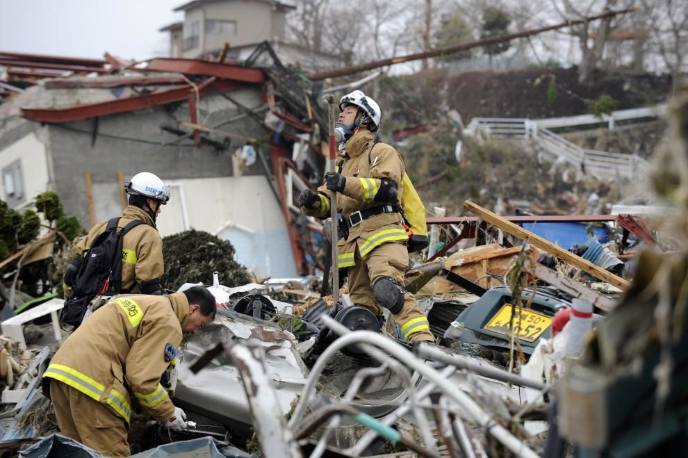 18. JAPONIA, Minamisanriku, 15 marca 2011: Ratownicy przeszukują gruzy w centrum miasta. AFP PHOTO / KAZUHIRO NOGI