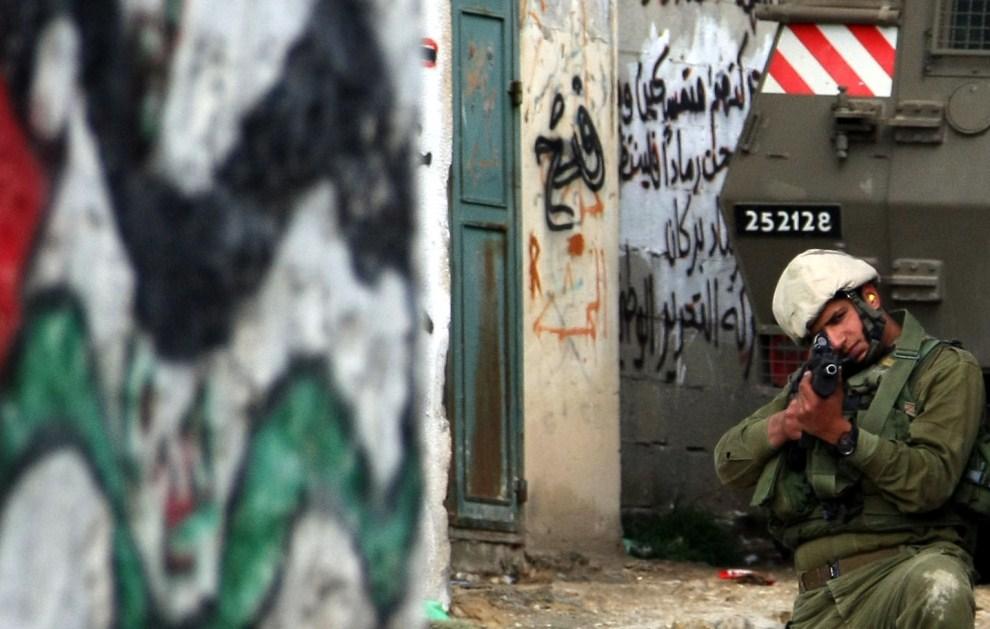 18. ZACHDONI BRZEG, Awarta, 12 marca 2011: Izraelski żołnierz podczas operacji wojskowej w miejscowości Awarta. AFP PHOTO/JAAFAR ASHTIYEH