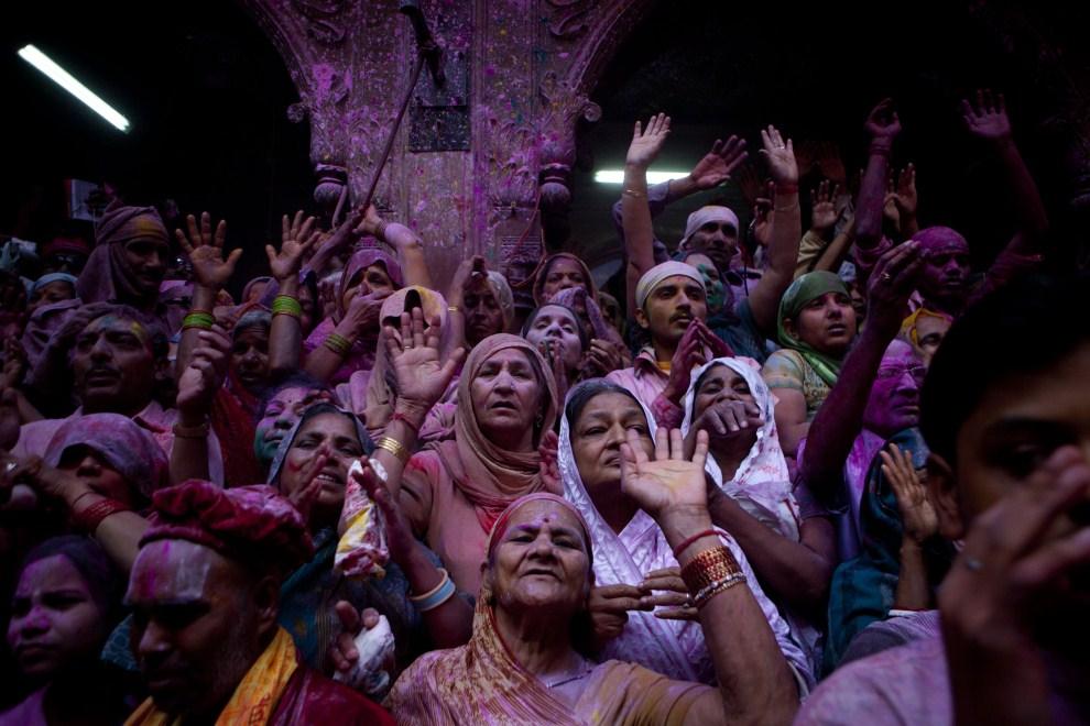 18. INDIE, Vrindavan, 21 marca 2011: Wierni uczestniczący w obchodach holi. (Foto: Majid Saeedi/Getty Images)