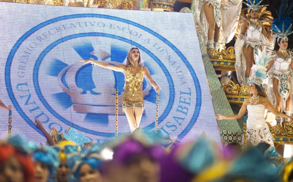 18. BRAZYLIA, Rio de Janeiro, 7 marca 2011: Modelka – Giselle Bundchen – bawi się na platformie szkoły Vila Isabel. AFP PHOTO / ANTONIO SCORZA