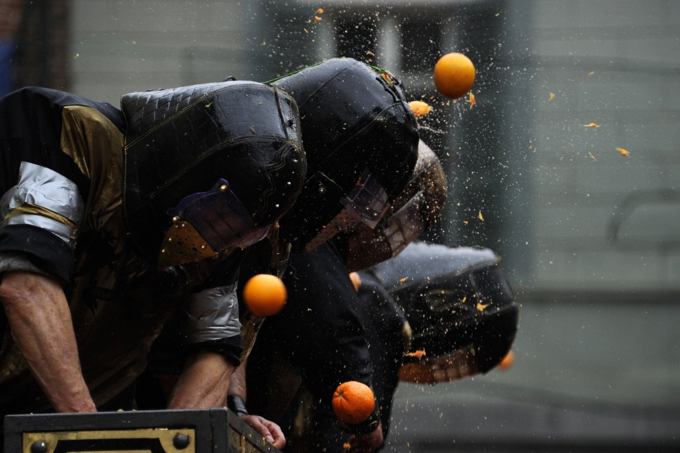 19. WŁOCHY, Ivrea, 7 marca 2011: Tradycyjna bitwa na pomarańcze organizowana w czasie karnawału. AFP PHOTO / OLIVIER MORIN