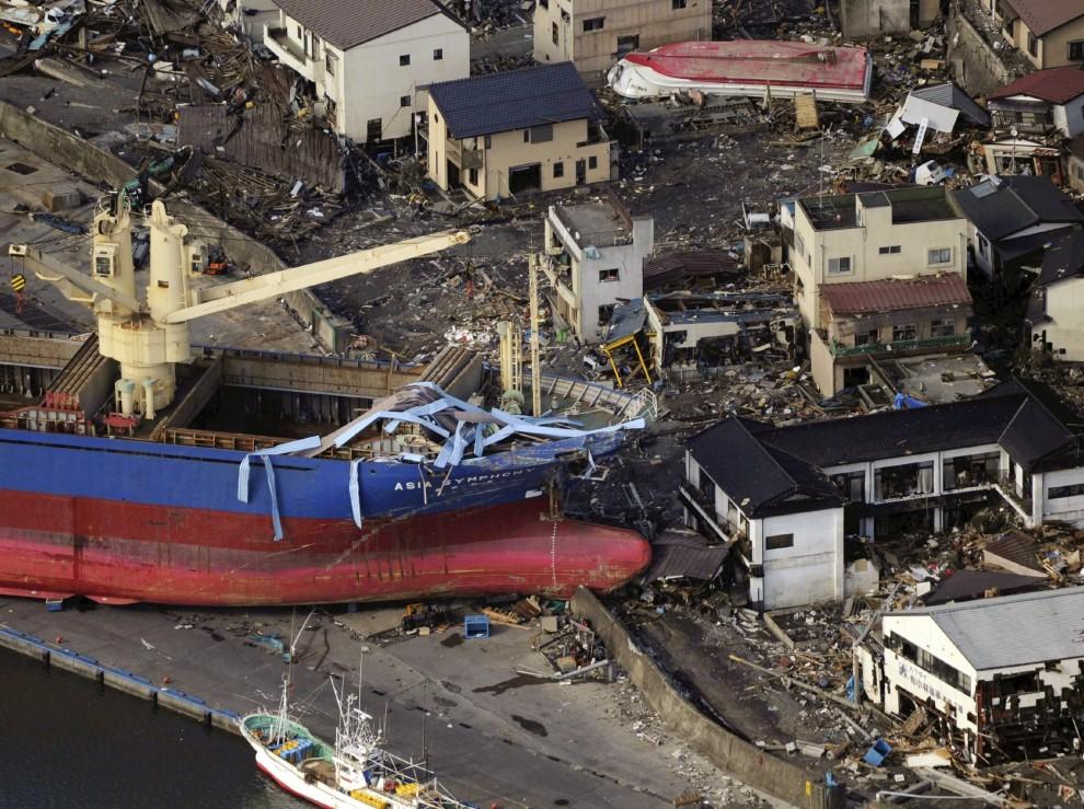 19. JAPONIA, Kamaishi, 12 marca 2011: Jednostka wyrzucona na brzeg w mieście Kamaishi. AFP PHOTO /YOMIURI SHIMBUN