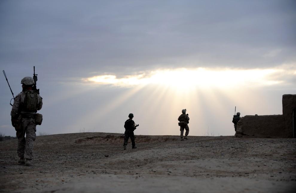 19. AFGANISTAN, Laki, 3 marca 2011: Patrol połączonych sił amerykańskich i afgańskich wraca do bazy. AFP PHOTO / ADEK BERRY