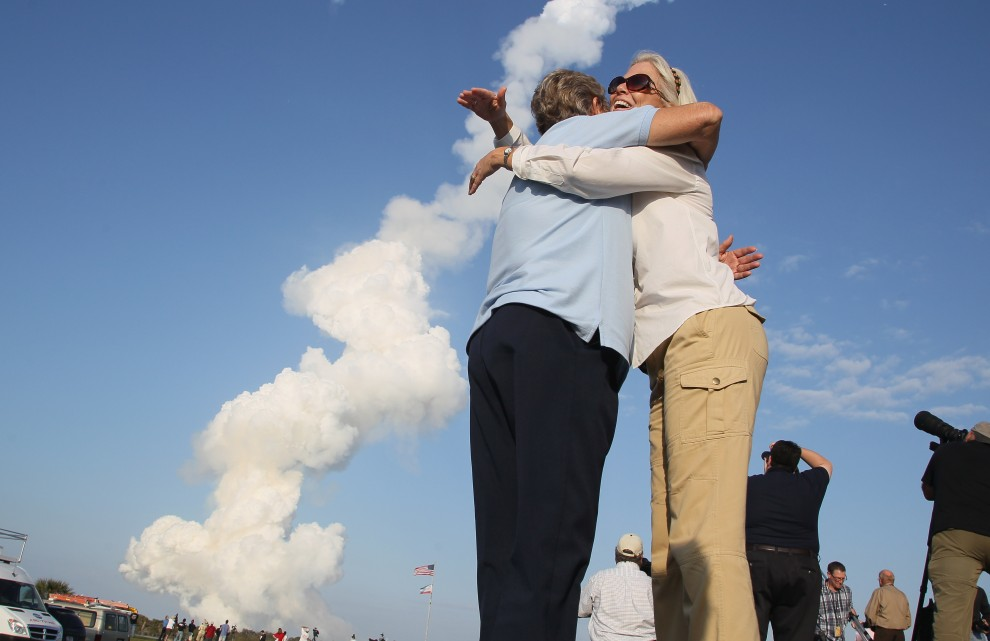19. USA, Canaveral, 24 lutego 2011: Pracownice NASA – Dana St. Jean (po prawej) i Bet Eldred (po lewej) cieszą się z udanego startu. (Foto: Mark Wilson/Getty Images)