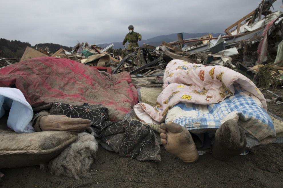 19. JAPONIA, Rikuzentakata, 15 marca 2011: Ciała ofiar tsunami przykryte kocami. (Foto: Paula Bronstein /Getty Images)