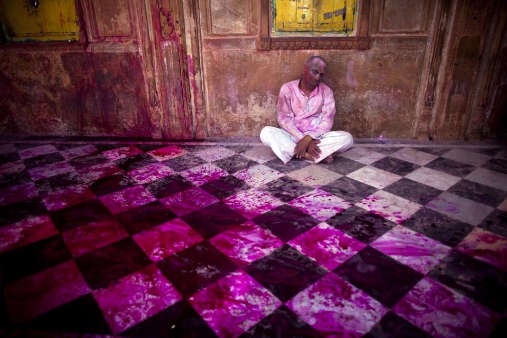 19. INDIE, Vrindavan, 21 marca 2011: Mężczyzna odpoczywający w świątyni Bankey Bihari. (Foto: Majid Saeedi/Getty Images)