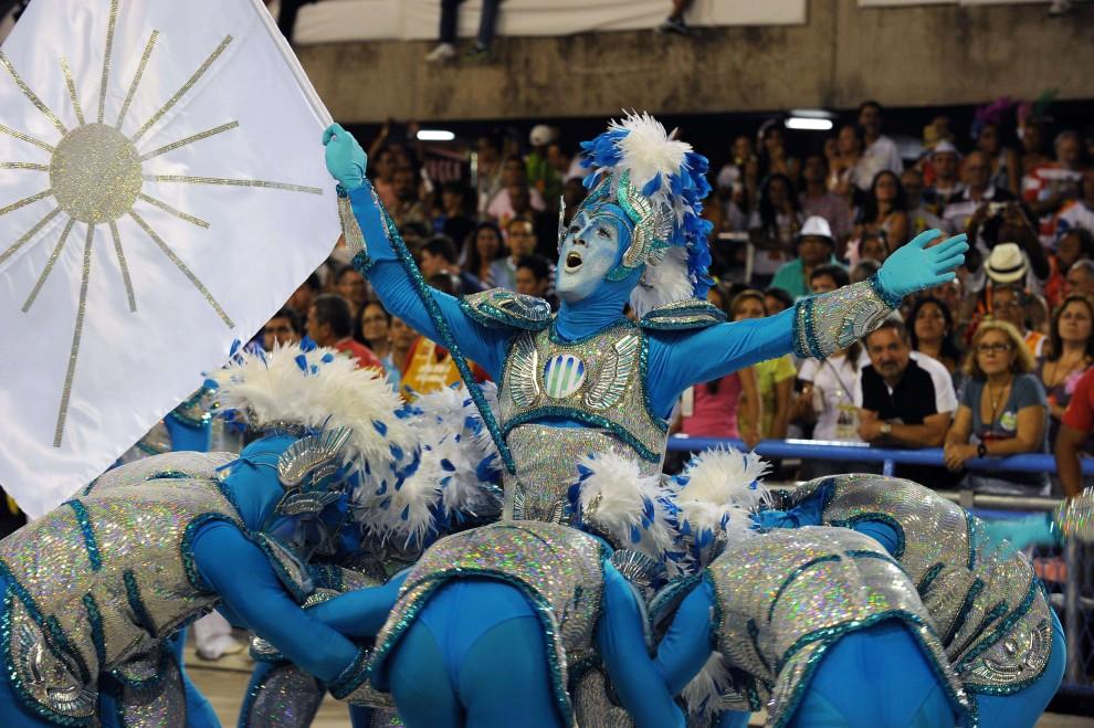 19. BRAZYLIA, Rio de Janeiro, 6 marca 2011: Występ tancerzy szkoły Portela na Sambodromie. AFP PHOTO/VANDERLEI ALMEIDA